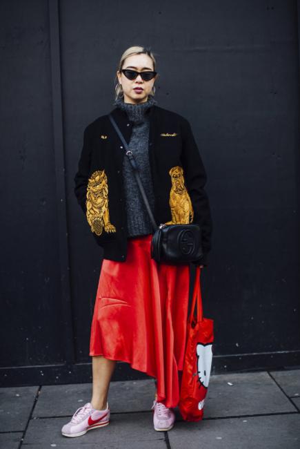 street-style-fashion-week-londres-look-saia-vermelha