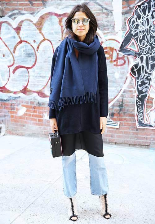 vestido com calça jeans, moletom e cachecol