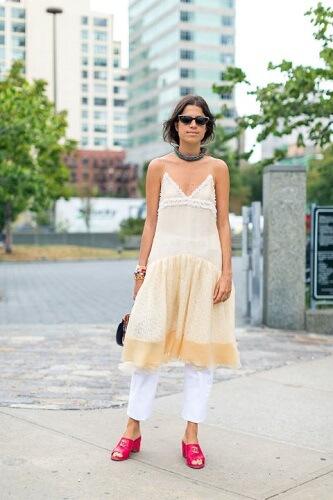 look vestido slip com calça branca