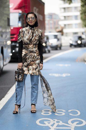 vestido estampado com calça jeans