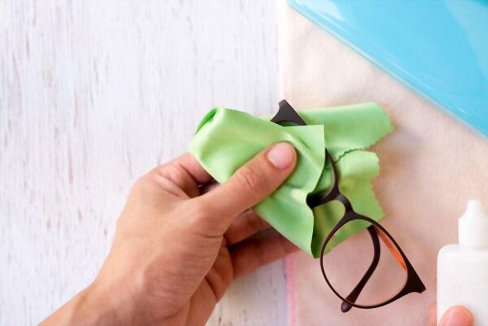 cuidados com óculos de grau - limpeza